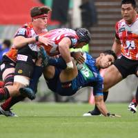 The Sunwolves' Lappies Labuschagne (second from left), seen tackling the Blues' Stephen Perofeta in last Saturday's Super Rugby match in Tokyo, is in the starting lineup for the next match against the Crusaders in Christchurch, New Zealand. | AFP-JIJI