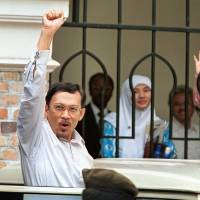 Freed from political prison term, Anwar Ibrahim looks to apparent destiny of governing Malaysia