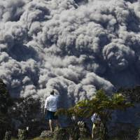 Kilauea spews toxic, acidic cloud containing glass shards out over Pacific