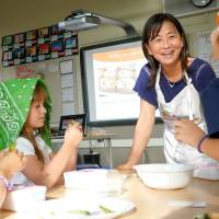 Healthy snacks: Mayumi Uejima-Carr talks to children about edamame soy beans at a Table for Two Wa-Shokuiku program. | COURTESY OF MAYUMI UEJIMA-CARR