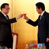 Chinese Premier Li Keqiang and Prime Minister Shinzo Abe toast at an event May 10 to celebrate the 40th anniversary of the peace and friendship treaty between China and Japan and to welcome Li in Tokyo. | REUTERS