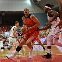 Chiba Jets Funabashi veteran forward Michael Parker energizes his team on offense and defense | B. LEAGUE