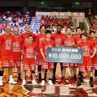 The Chiba Jets Funabashi, seen posing with their cash prize for clinching the East Division title, beat the Ryukyu Golden Kings 80-76 on Saturday at Funabashi Arena. Chiba improved to 45-14 on the season. | B. LEAGUE