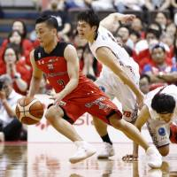 Chiba's Yuki Togashi dribbles the ball during the mini-game tiebreaker in the Jets' B. League Championship quarterfinal series against the Brave Thunders on Sunday. Chiba won 22-15 to advance to the semis. | KYODO