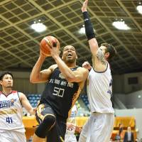 Kanazawa center Wayne Marshall drives to the basket in the fourth quarter on Friday. | B. LEAGUE