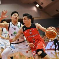 Jets guard Yuki Togashi drives to the basket on Saturday. Togashi had 13 points and a game-high 10 assists at Funabashi Arena. | B. LEAGUE