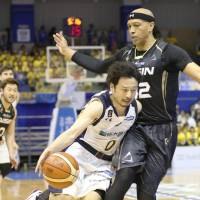 Tochigi's Yuta Tabuse (left) drives against Mikawa's J.R. Sakuragi during the SeaHorses' 80-75 win over the Brex on Sunday. The result eliminated the defending champion Brex from the B. League Championship. | KYODO