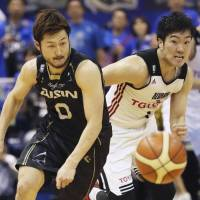 Ryoma Hashimoto (left) of the SeaHorses Mikawa and Genki Kojima of the Alvark Tokyo chase after a loose ball during the Alvark's 73-71 win on Sunday. | KYODO