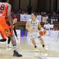 Sendai 89ers point  guard Takehiko Shimura runs the offense on Saturday against the Ehime Orange Vikings in his final  game before retiring. Ehime defeated visiting Sendai 94-89, and Shimura had 13 points and 10 assists. | B. LEAGUE