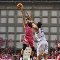 Akita's Ryosuke Shirahama shoots a first-quarter jumper as Fukuoka's Eric Jacobsen defends in Game 1 of the B2 playoffs final on Saturday in Akita. Shirahama scored 11 points and dished out eight assists in the Northern Happinets' 83-69 victory. | B. LEAGUE