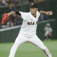 Giants southpaw starter Tetsuya Utsumi pitched 5 1/3 innings on Thursday night and picked up his first victory of the season. | KYODO
