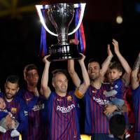 Andres Iniesta lifts the Spanish League trophy during a ceremony held in his honor in Barcelona on May 20. | AFP-JIJI