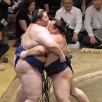 Kakuryu and Tochinoshin tied with two days left in meet