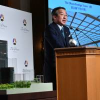 Toshihiro Ogita, president of Hotel Okura Co., describes the hotel's new main tower the firm plans to open in 2019, during a news conference at the hotel in Tokyo on Monday.   YOSHIAKI MIURA