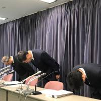 Prince Hotel President Masahiko Koyama (center) apologizes at a news conference in Tokyo's Chiyoda Ward on Tuesday after customer data was stolen from its official foreign website. | CHISATO TANAKA