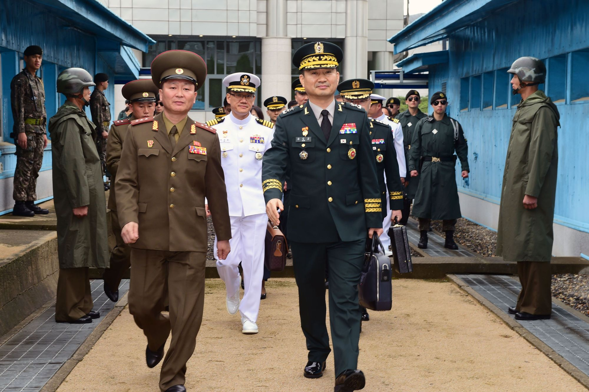 South Korea's chief delegate Major General Kim Do-gyun (center) is seen crossing the borderline to attend inter-Korea high-level military talks with a North Korean delegation at the truce village of Panmunjom in the Demilitarized Zone (DMZ) dividing the two Koreas on June 14, 2018. North and South Korea have agreed to hold more meetings throughout this month to carry out agreements reached between their leaders at the April summit. | AFP-JIJI