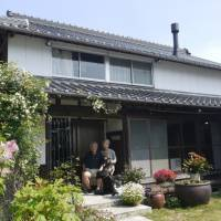 Takao and Keiko Hatama decided to spend their retirement in Itoshima, Fukuoka Prefecture. They bought and renovated a 90-year-old house and are now Airbnb hosts. | TAKAO HATAMA