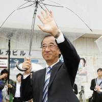 Hideyo Hanazumi greets voters Monday morning in the city of Niigata after winning Sunday's gubernatorial race. | KYODO