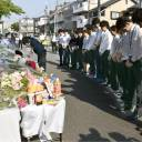 Teachers at Juei Elementary School in Takatsuki, Osaka Prefecture, offer flowers and silent prayers Monday for student Rina Miyake, who was killed when the wall around its swimming pool fell on her during the earthquake on June 18.