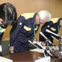 Hiromi Tarui (center), who heads the city of Takatsuki's board of education, apologizes Friday at the city hall for the board's failure to prevent the death of a 9-year-old girl in Monday's earthquake. | KYODO
