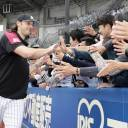 Marines pitcher Mike Bolsinger greets Lotte fans after tossing a shutout on Saturday.