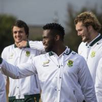 South Africa's national Springbok captain, Siya Kolisi, (center) arrives with his teammates at the Jabulani Technical High School in Soweto for a rugby clinic coaching session with aspiring rugby players from nearby high schools. | AFP-JIJI
