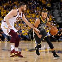 Stephen Curry, Warriors overwhelm Cavaliers in Game 2