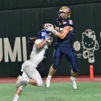 Obic tight end Holden Huff catches a 10-yard touchdown pass from Skyler Howard in the third quarter in the Pearl Bowl final on Thursday at Tokyo Dome. Obic won 28-2 to capture its second straight championship. | HIROSHI IKEZAWA