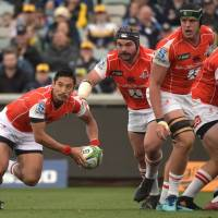 The Sunwolves' Keisuke Uchida passes the ball during Sunday's game against the Brumbies in Canberra. | AFP-JIJI
