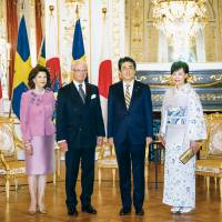 King Carl XVI and Queen Silvia of Sweden are hosted by Prime Minister Shinzo Abe and his wife at the Akasaka Palace in Tokyo. | © Said Karlsson