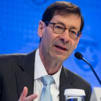 Maurice Obstfeld, chief economist at the International Monetary Fund, holds a briefing during the IMF's spring meeting in Washington in April.   AFP-JIJI