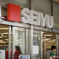 Experts say Walmart Inc., which acquired Seiyu Ltd. in 2007, is struggling in Japan due to strategic failures. | BLOOMBERG