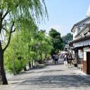 The number of tour buses arriving at the scenic historical quarter in Kurashiki, Okayama Prefecture, seen on Sunday, has halved since the torrential rain earlier this month, even though the area is some distance from the city's Mabicho district, where more than 4,000 houses were flooded.
