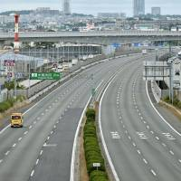 The Chugoku Expressway is shut down after a magnitude 6.1 earthquake hit Osaka Prefecture on June 18. | KYODO