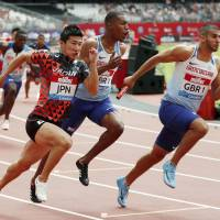 Yoshihide Kiryu (left) runs alongside Britain's Adam Gemili (right) during the men's 4x100-meter race at the IAAF Diamond League event in London on Sunday. | KYODO