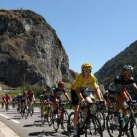 Geraint Thomas retains lead with stage victory on Alpe d'Huez