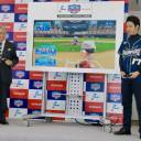 NPB commissioner Atsushi Saito tosses a ceremonial first pitch against 2017 ebaseball championship titlist Maepi in a video game at a Tokyo news conference on Thursday.