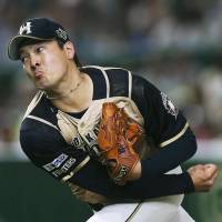 Fighters starter Kohei Arihara pitches against the Hawks on Monday night at Tokyo Dome. | KYODO
