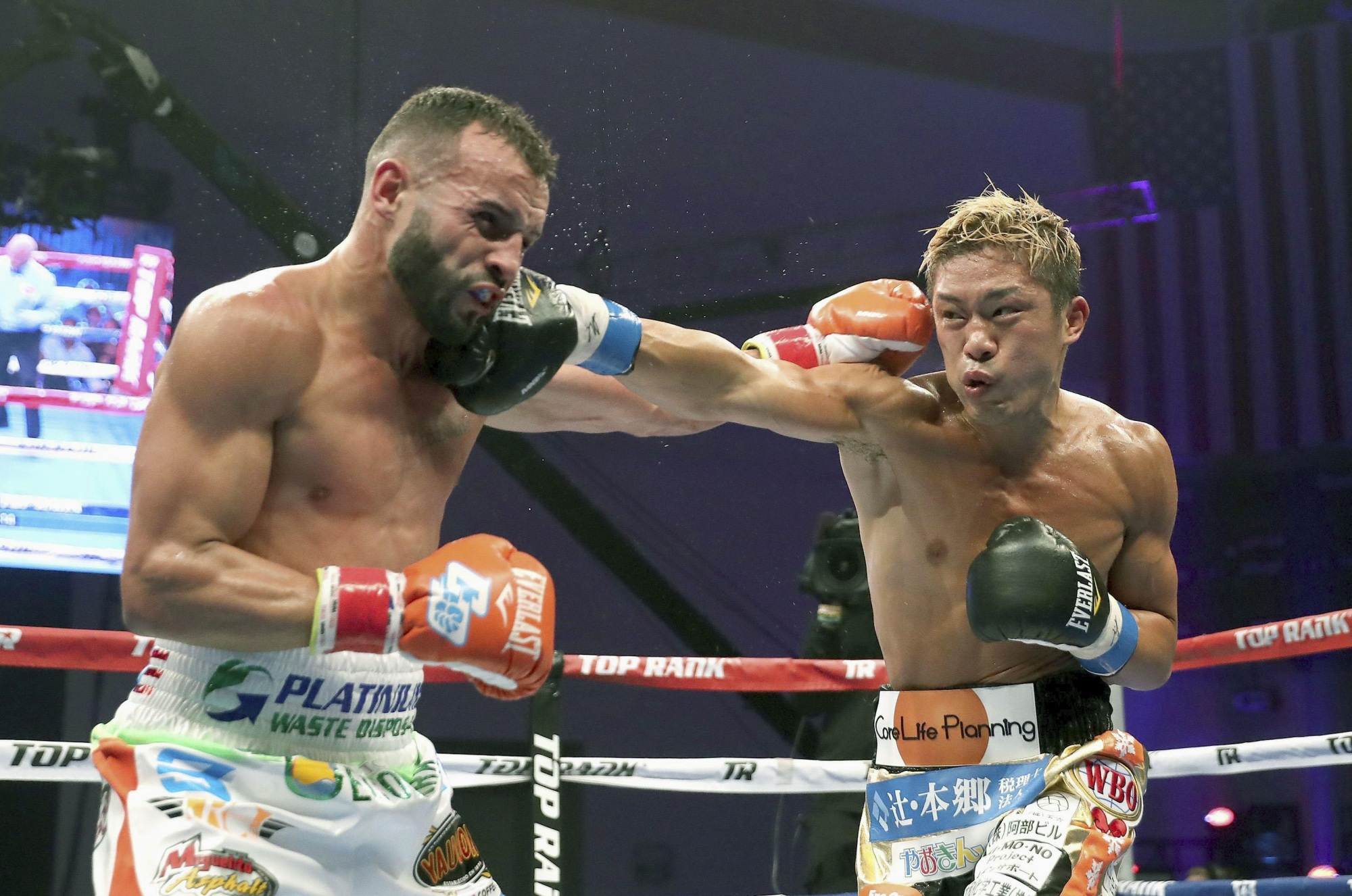 Masayuki Ito (right) and Christopher Diaz exchange punches during their WBO super featherweight title fight on Saturday in Kissimmee, Florida. | KYODO
