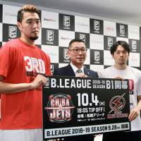 Kawasaki Brave Thunders guard Ryusei Shinoyama (right), B. League chairman Masaaki Okawa (center) and Chiba Jets Funabashi forward Ryumo Ono  pose for photos during a news conference on Monday. | KAZ NAGATSUKA