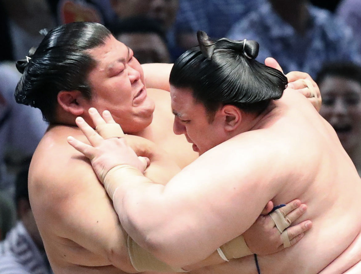 Aoiyama (right) and Takekaze get to grips at the Nagoya Grand Sumo Tournament in this July 22, 2017, file photo. | KYODO