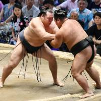 Kakuryu makes winning start at Nagoya Basho in quest for third straight title