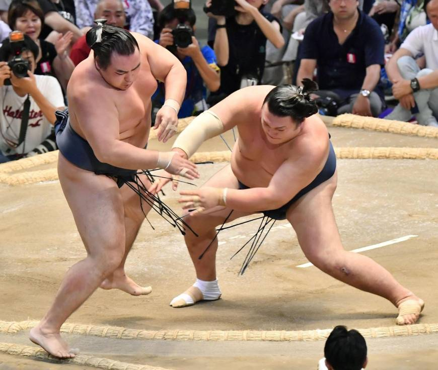 Kakuryu suffers first defeat; injured Hakuho pulls out of Nagoya Basho