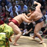 Abi hands Kakuryu second loss in Nagoya