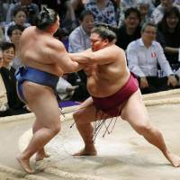 Injured Kakuryu pulls out; Mitakeumi still unbeaten
