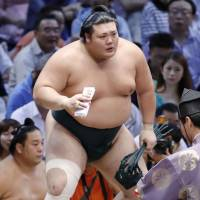 Mitakeumi bounces back, moves closer to first title