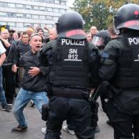 Riot police confront right-wing protesters Monday in Chemnitz, eastern Germany, following the death of a 35-year-old German national who died in a hospital after a 'dispute between several people of different nationalities,', according to the police. The far-right street movement PEGIDA called for a second day of protests in Chemnitz after the alleged fatal stabbing of a German man by a foreigner. | SEBASTIAN WILLNOW / DPA / VIA AFP-JIJI