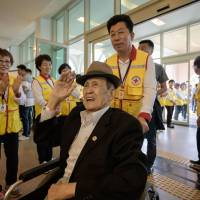 Participant Kim Bong-eoh arrives at a hotel and gathering point ahead of the inter-Korean family reunion in Sokcho, South Korea, Sunday. Dozens of elderly, frail South Koreans gathered Sunday on the eve of their first meeting with family members in the North in nearly seven decades separated by the 1950-53 Korean War. | AFP-JIJI