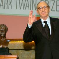 Playwright Neil Simon accepts the 2006 Mark Twain Prize at the Kennedy Center in Washington in October 2006. | REUTERS