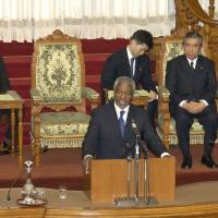 U.N. Secretary-General Kofi Annan addresses the Upper House on Feb. 24, 2004, during a visit to Japan. The deceased ex-U.N. chief was known as a strong advocate of Security Council reform plans that could have given Japan a permanent seat. | KYODO